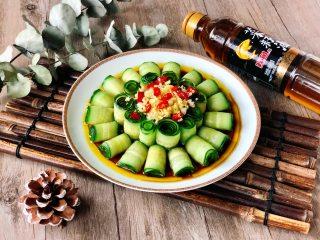 夏季C位凉菜,飘香爽脆的响油黄瓜,简单的食材,做出不简单的菜,一口一个卷,飘香爽脆,特别开胃!