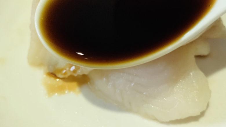 清蒸龙利鱼,浇上调好的料汁;