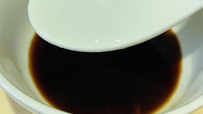 清蒸龙利鱼,清水1勺,调均匀;