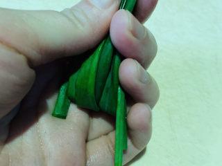 清蒸龙利鱼,葱叶先卷起来;