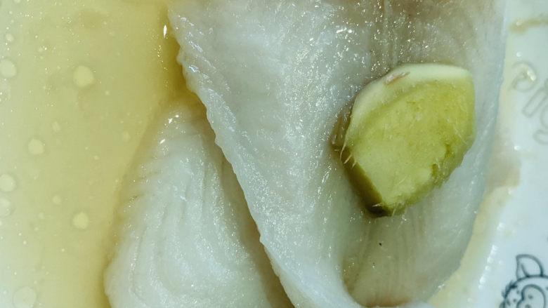 清蒸龙利鱼,端出蒸好的龙利鱼,倒掉碗里蒸出来的水;