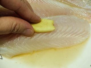 """清蒸龙利鱼,用手""""按摩""""均匀,腌十分钟;"""