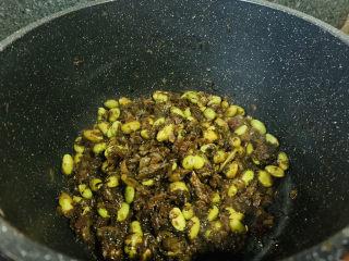 雪菜炒毛豆,搅拌均匀,收汁,起锅;