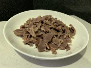 辣炒鸡胗,鸡胗切片之前要焯水处理;
