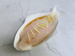 清蒸龙利鱼,放入姜丝