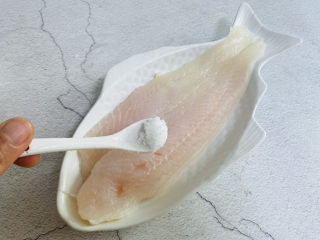 清蒸龙利鱼,适量的盐、白胡椒粉均匀涂抹鱼身