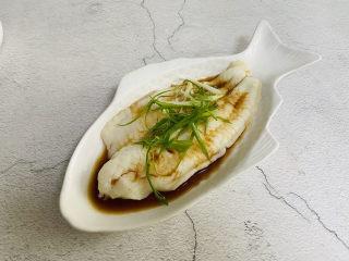 清蒸龙利鱼,码入葱丝、红椒丝(红椒丝忘记拍了)