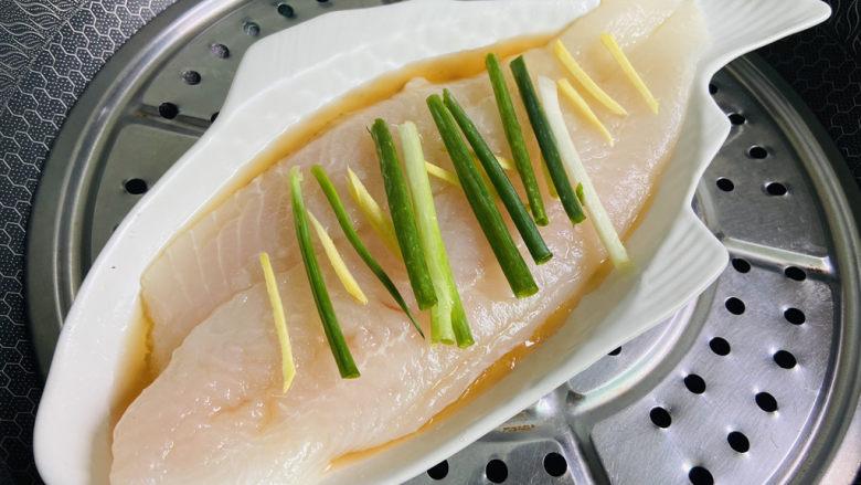 清蒸龙利鱼,锅中加入清水大火烧开放入龙利鱼