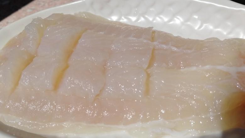 清蒸龙利鱼,把鱼肉斜切,不要切段。