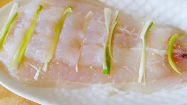 清蒸龙利鱼,切口处塞上葱丝。