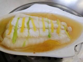 清蒸龙利鱼,把汤汁倒掉。