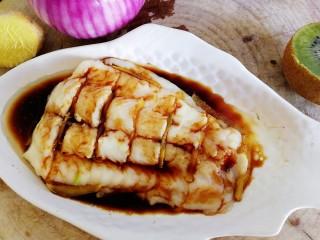 清蒸龙利鱼,浇在鱼肉上。