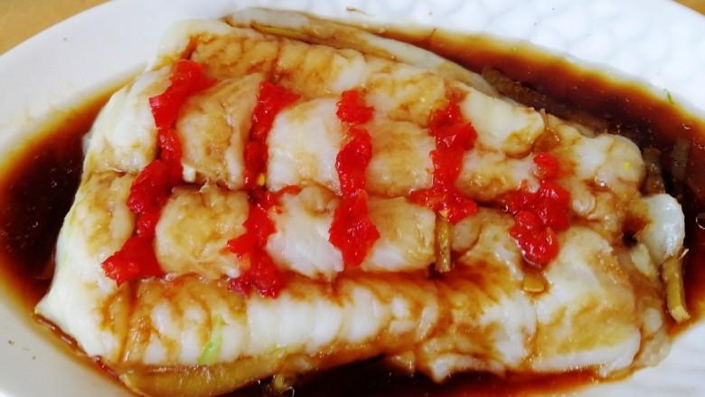 清蒸龙利鱼,取点<a style='color:red;display:inline-block;' href='/shicai/ 803'>剁椒</a>码在鱼肉切口处。