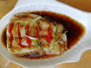 清蒸龙利鱼,牙签挑些葱丝,放在上面。
