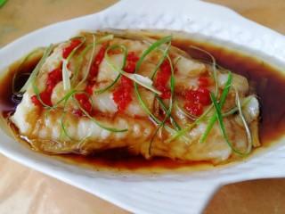 清蒸龙利鱼,油刚要冒烟就浇在鱼肉上,挑去八角和花椒粒。