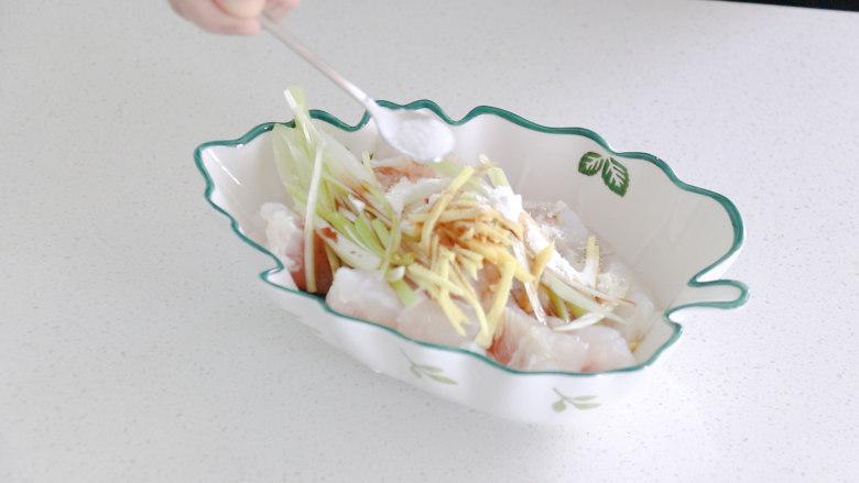 清蒸龙利鱼,放入一勺食盐,搅拌均匀,腌制三分钟左右