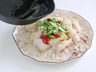 清蒸龙利鱼,最后浇上热油炝香,美味鲜嫩的清蒸龙利鱼就做好了~