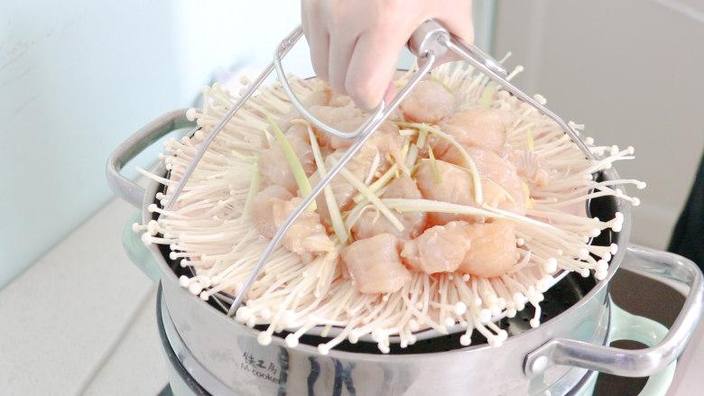 清蒸龙利鱼,放入锅中蒸十分钟左右