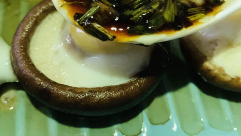 香菇鹌鹑蛋,香菇鹌鹑蛋大火蒸15分钟,先端起来,用勺子浇在香菇上;