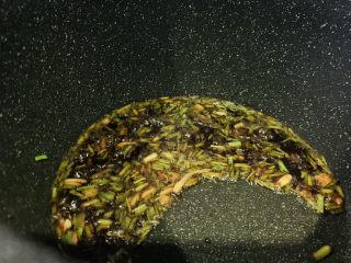 香菇鹌鹑蛋,炒香,加入调料酱;