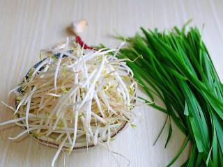 韭菜炒豆芽,准备食材。