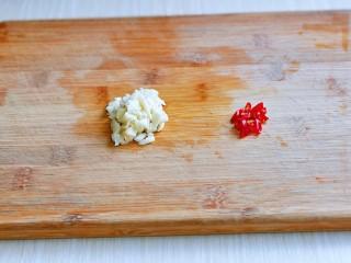 韭菜炒豆芽,大蒜去皮切碎,红辣椒切段。