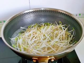 韭菜炒豆芽,豆芽焯水:水烧开后下豆芽,大火煮,将豆芽煮至变软捞出淋干水分。