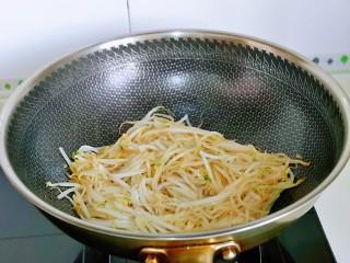 韭菜炒豆芽,小火翻炒均匀,将豆芽炒熟。