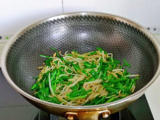 韭菜炒豆芽,大火快速翻炒均匀即可出锅。