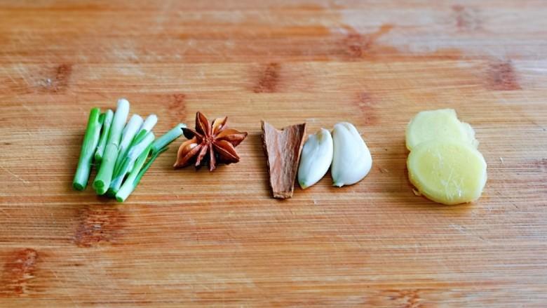香菇鹌鹑蛋,葱姜蒜去皮切好。