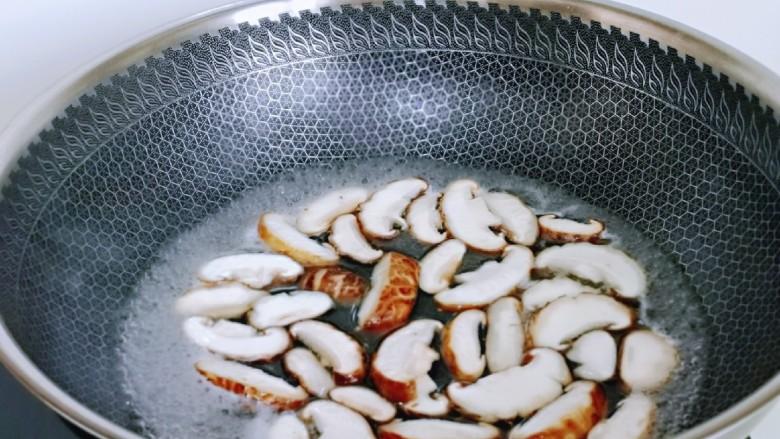 香菇鹌鹑蛋,香菇焯水,冷水下锅,烧开捞出即可。(菌菇类最好焯下水再烧,避免细菌)