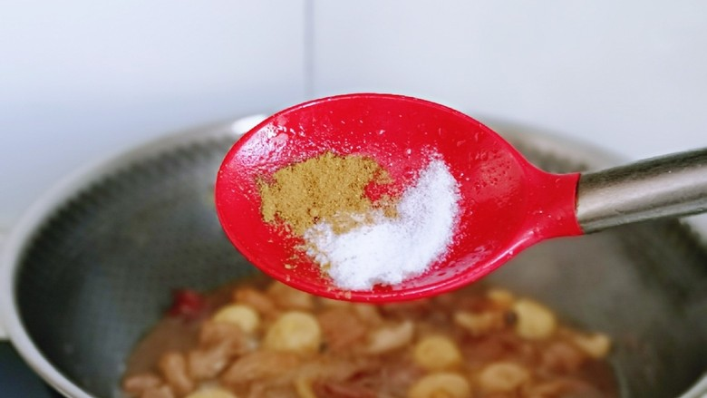 香菇鹌鹑蛋,再按个人口味加入盐,<a style='color:red;display:inline-block;' href='/shicai/ 829'>十三香</a>炖10分钟。