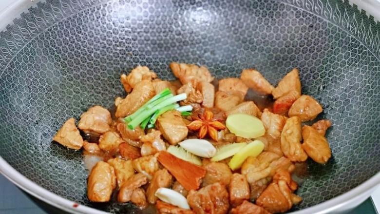 香菇鹌鹑蛋,再加入香料,翻炒。