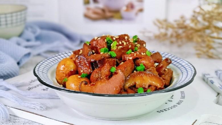 香菇鹌鹑蛋,盛出装盘,撒上熟白芝麻,葱花。