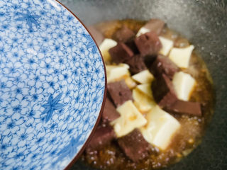 猪血炖豆腐,加入小半碗热水大火烧熟