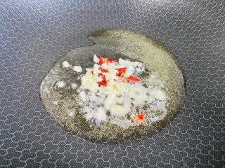 猪血炖豆腐,起油锅放入蒜末、辣椒爆香