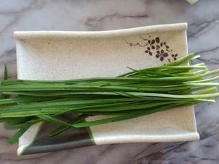 豆芽炒粉条,准备一小把韭菜择干净洗一下