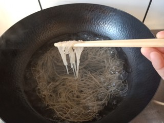 豆芽炒粉条,煮粉条的时候要小火煮,粉条煮至中间没有白心儿,挑起来微微弹就可以了。