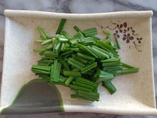 豆芽炒粉条,将洗好的韭菜切两厘米左右的段,不要太长,也不要太短了。