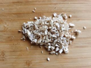 香菇鹌鹑蛋,削下来的香菇蒂不要浪费,切成小碎丁备用。