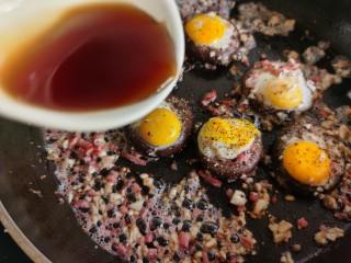 香菇鹌鹑蛋,倒入调好的蚝油料汁。