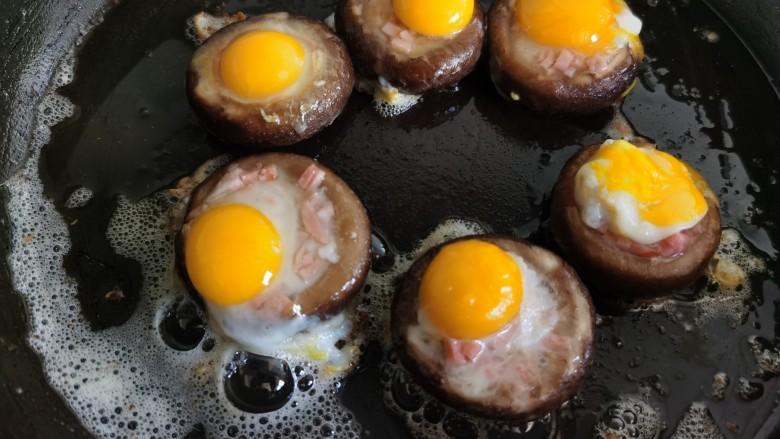 香菇鹌鹑蛋,将鹌鹑蛋洗干净,敲开打入香菇里。
