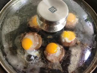 香菇鹌鹑蛋,盖个盖子,开小火煎到鹌鹑蛋凝固,一定要小火哦!