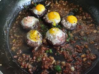 香菇鹌鹑蛋,最后再撒上少许黑胡椒粉和小葱。