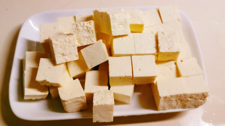猪血炖豆腐,豆腐切块