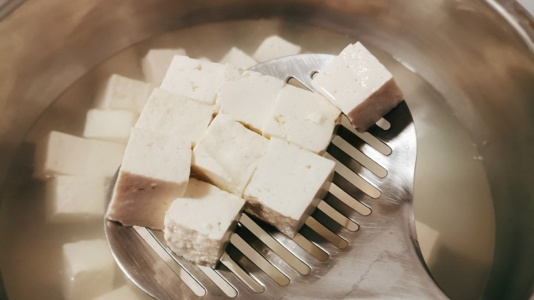 猪血炖豆腐,豆腐放入开水中汆烫2分钟捞出