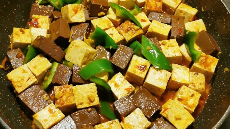 猪血炖豆腐,翻炒半分钟即可关火