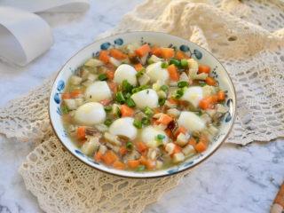 香菇鹌鹑蛋,把香菇汁直接浇在鹌鹑蛋上就可以吃,汤汁可以和米饭拌在一起吃