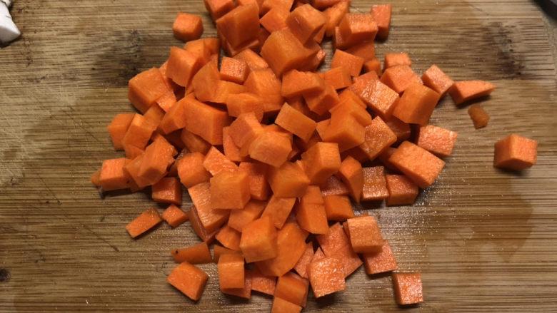 香菇鹌鹑蛋,也切成小丁丁,大小比香菇小一点,因为香菇会缩水