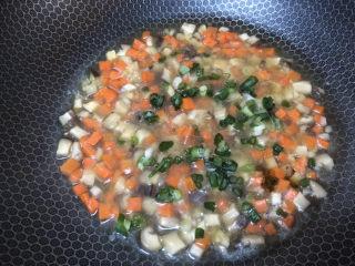 香菇鹌鹑蛋,最后撒些葱花,这个口味比较清淡,可以根据自己口味加些鸡精调味